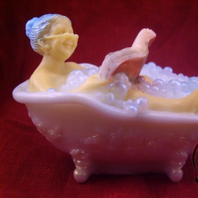Forma silikonowa - Babcia w wannie czyta książkę 3D - do wyrobu mydła, świec i odlewów