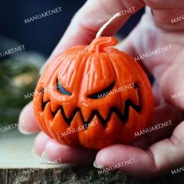 Mała zła dynia na Halloween